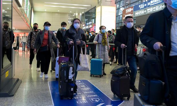 Travelers all wear masks to prevent infection from coronavirus. Photo: B.Zhou/Shutterstock.com