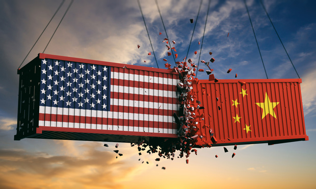containers with US and Chinese flag banging against one another