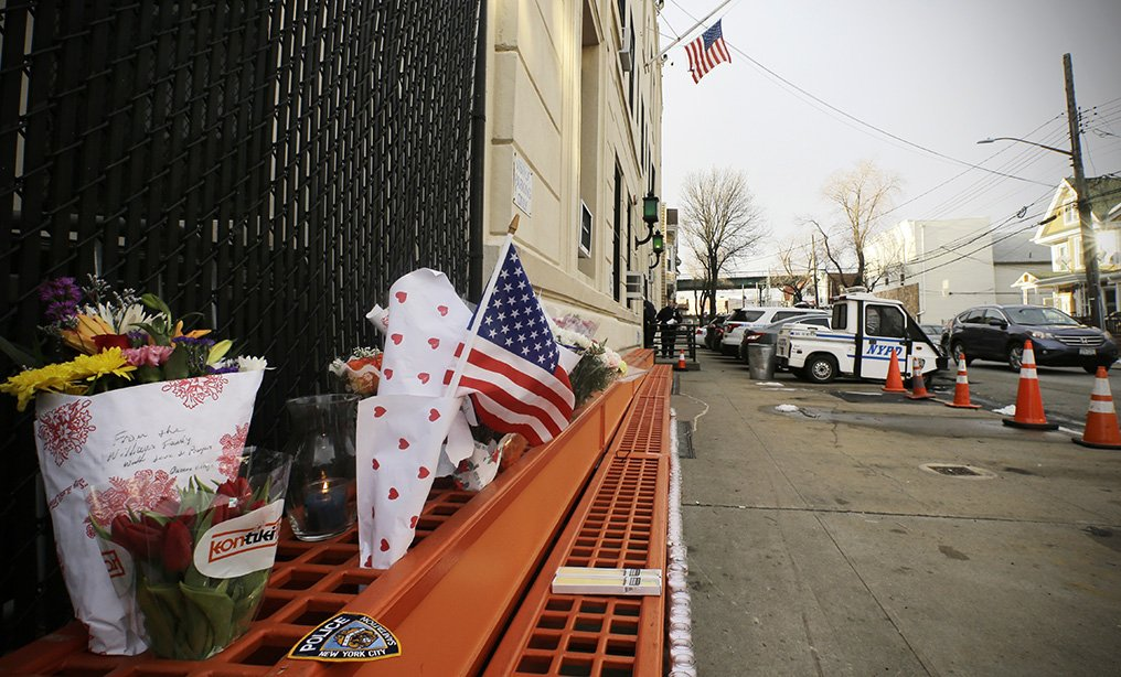 A memorial outside the 102ndPrecinct in Richmond Hill, N.Y., where the fatallyshot NYPD detectiveBrian Simonsen spent his 19-year career.