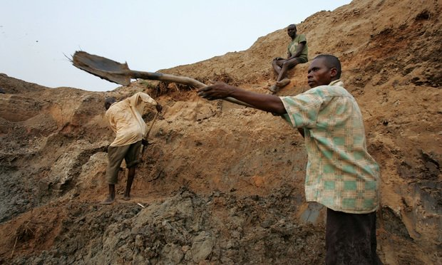 A miner works in a mine in Mbuji Mayi, Congo in 2006. Photo: Schalk van Zuydam/AP