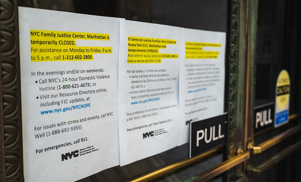Sign outside Manhattan courthouse claiming closure due to the coronavirus pandemic. Photo: Ryland West/ALM
