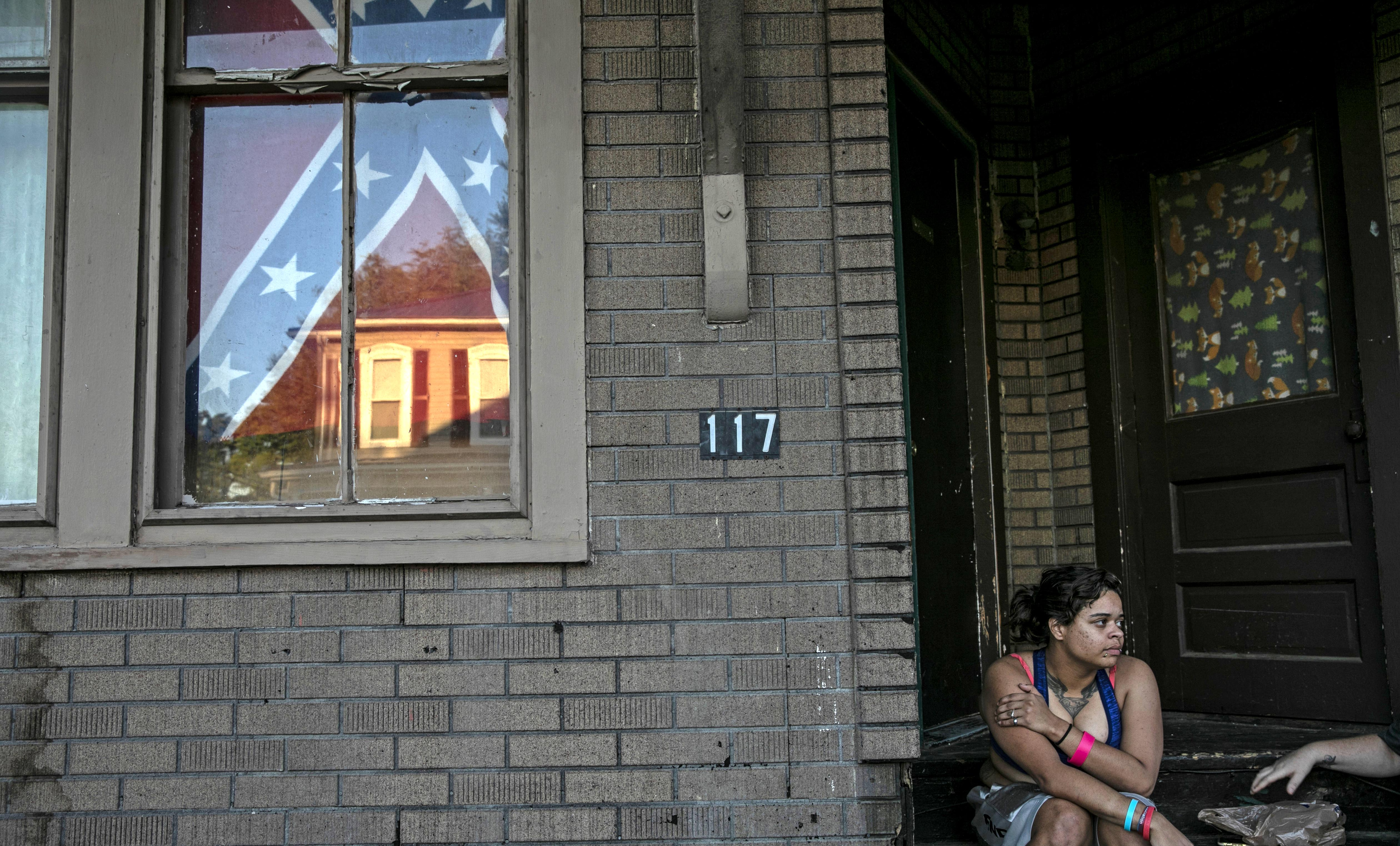 A confederate flag hangs in the window of a home own by a young Black woman in Shawnee Ohio last summer. Photo: Wong Maye-E/AP