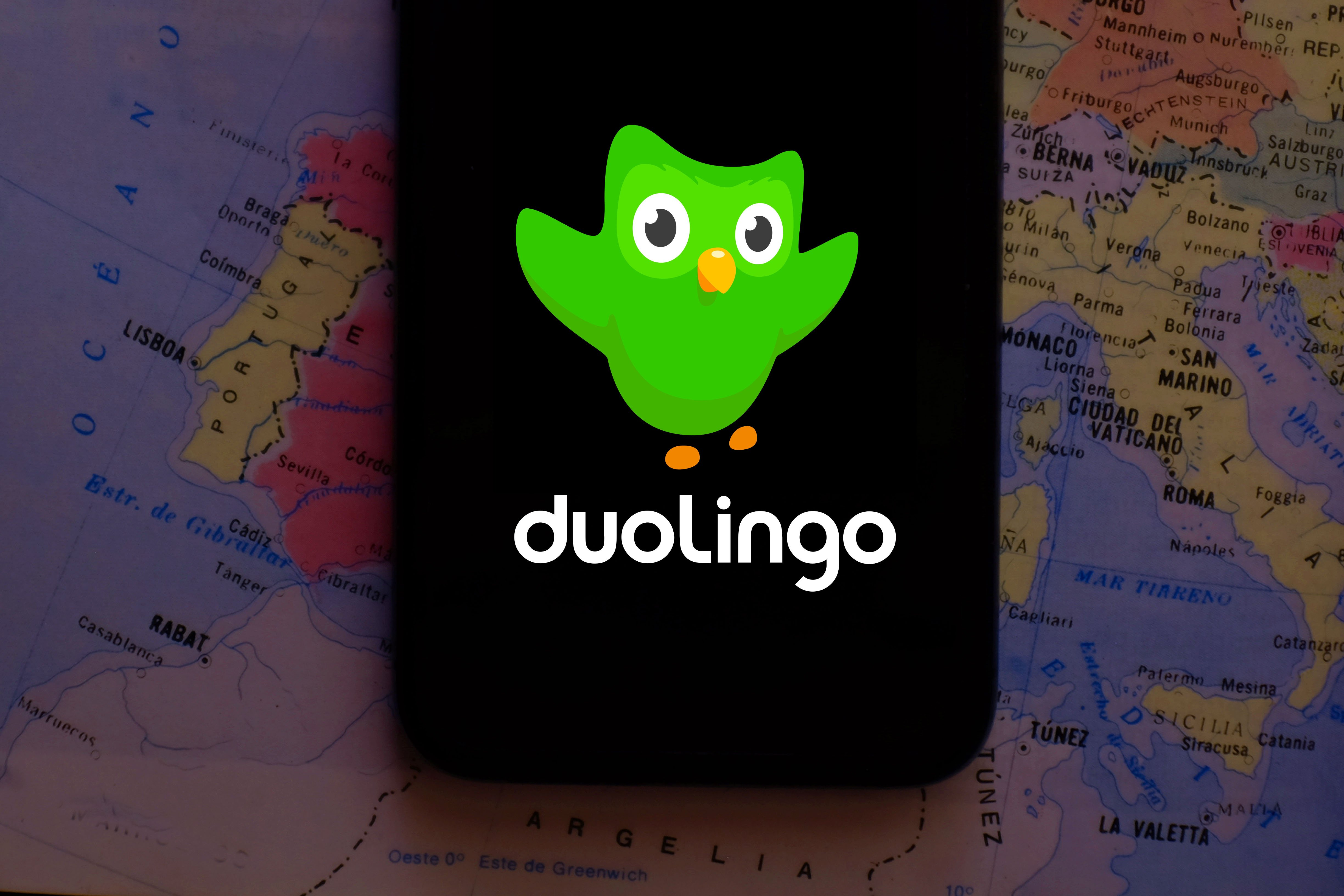 Smartphone with the DUOLINGO logo, which is a website and social project aimed at free language learning and certification of the level of English.