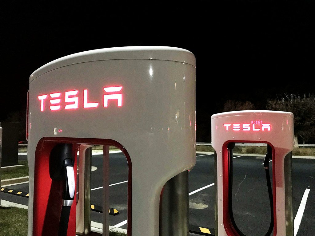 Tesla electric car charging stations in the parking lot of the Chesapeake House rest area along I-95 in Maryland. November 24, 2017. Photo: Diego M. Radzinschi/ALM