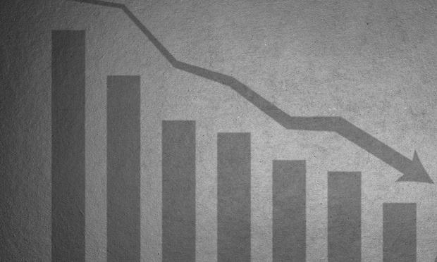 bar chart showing downward trend and arrow. Photo: Shutter_M/Shutterstock.com