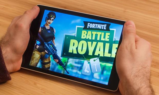 Man playng the Fortnite: Battle Royale mobile game