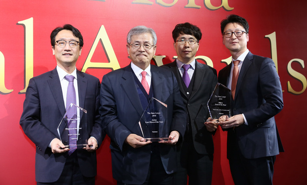 Yulchon chairman Woo Chang-Rok (second from left) received Asian Law Firm of the Year Award with corporate and disputes partners on Tuesday, Feb. 23 at the Four Seasons Hotel in Hong Kong.